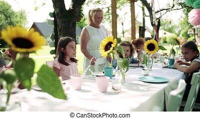 table, petit, séance, dehors, garden-party, été, enfants, eating.