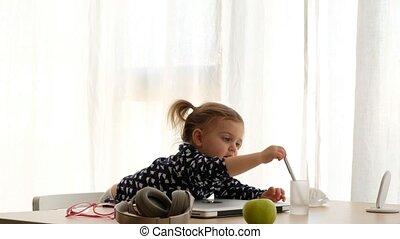 table, petite fille, ordinateur portable