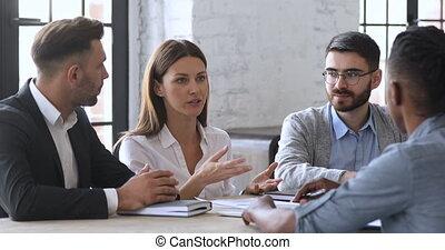 table réunion, groupe, professionnel, femme affaires, parler, confiant