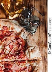 table, vue, morceau, huile, olive, bois, saucisses, pizza, spices., au-dessus
