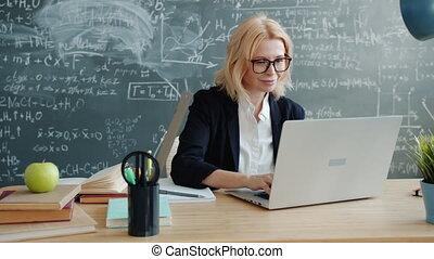 tableau, fond, prof, ordinateur portable, fonctionnement, heureux, utilisation, sourire, classe, dactylographie