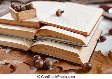 tablecloth., テーブル, 葉, 赤い本, 山, 開いた, books., 卵を生む, 本, カールされた, top., 愛