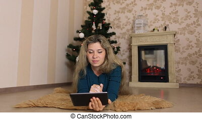 tabled, kobieta, drzewo, młody, posiedzenie, boże narodzenie, używając, sam, przód