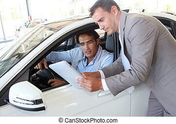 tablet, auto, verkoper, het kijken, koper, elektronisch