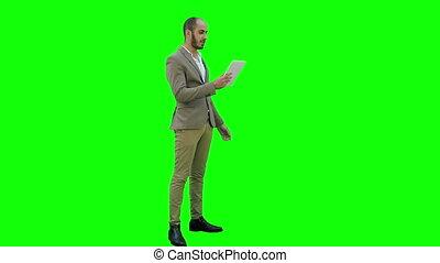 tablet, chroma, groene, scherm, zakenman, roepen, key., gebruik, video, vervaardiging