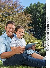 tablet, fototoestel, zoon, het glimlachen, papa, pc