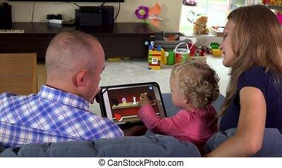 tablet, gezin, vader, spel, computer., moeder, baby meisje, spelend, vrolijke