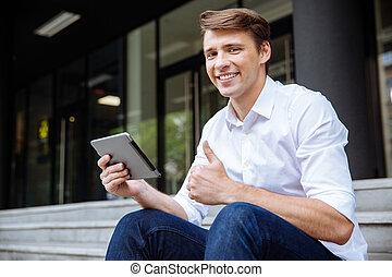 tablet, het tonen, op, duimen, buitenshuis, gebruik, man