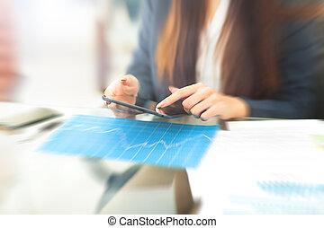 tablet, kantoor, zittende , businesswoman, tafel, glimlachen, lezende , verheugd