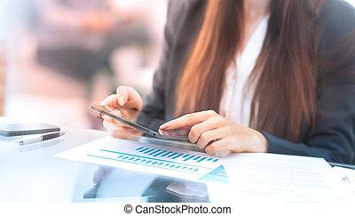 tablet, kantoor, zittende , businesswoman, tafel, lezende