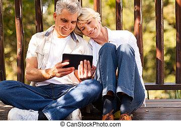 tablet, paar, computer, buitenshuis, gebruik, senior