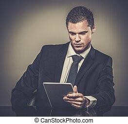 tablet pc, zwart kostuum, goed-gekleed, man