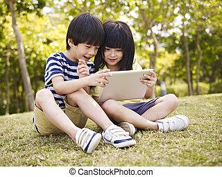 tablet, twee, aziaat, buitenshuis, gebruik, kinderen