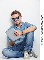 tablet, vloer, zittende , jonge, pc, vasthouden, man