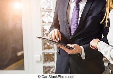 tablet, zakenlui, op, digitale , afsluiten, gebruik