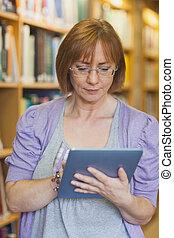 tableta, bibliotecario, hembra, utilizar, concentrado, ella
