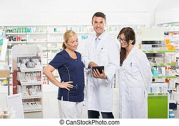 tableta, confiado, compañeros de trabajo, digital, utilizar, farmacéutico