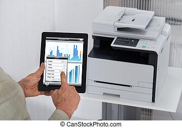 tableta, dar, comando, digital, impresión, hombre de negocios