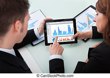 tableta, empresarios, encima, gráficos, digital, discutir
