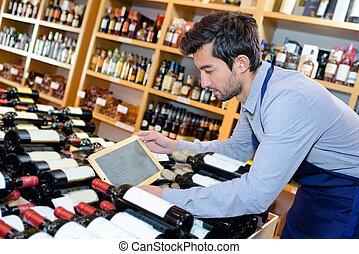 tableta, joven, vendedor, tenencia, vino, tienda, guapo