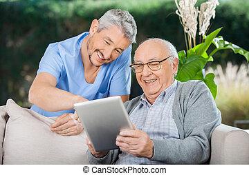 tableta, vigilante, pc, utilizar, hombre mayor, feliz