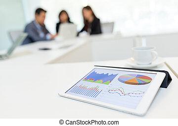 tablete digital, mostrando, gráfico, com, sócios negócio, discutir, em, quarto encontrando