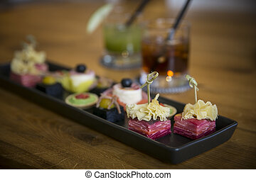 Tablett mit Catering & Long Drinks - Tablett mit Catering /...