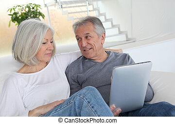 tabletta, ülés, pamlag, párosít, idősebb ember, elektronikus