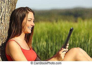 tabletta, ebook, mező, zöld, lány olvas, vagy