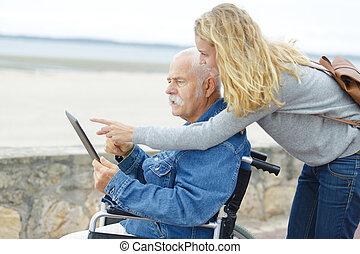 tabletta, ember, használ, fiatal lány, idősebb ember