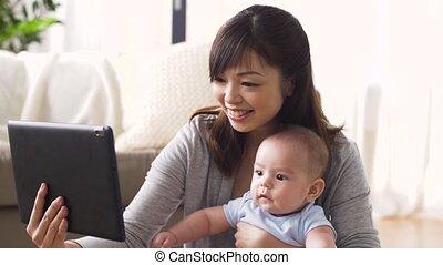 tabletta, fiatal, számítógép, anya, csecsemő, otthon, boldog