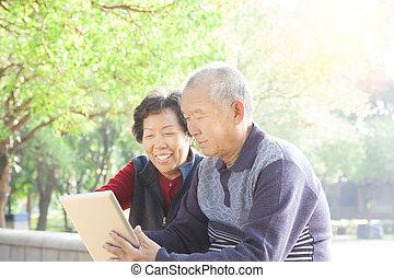 tabletta, párosít, számítógép, ázsiai, idősebb ember, boldog