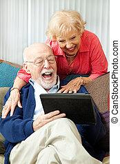 tabletta, párosít, -, számítógép, nevető, idősebb ember