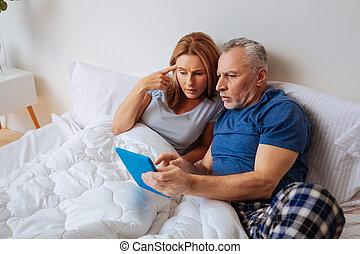 tablette, épouse, après, politique, nouvelles, lecture, mari