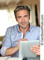 tablette, arbeitende , daheim, kerl, elektronisch, hübsch
