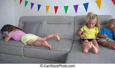 tablette, blonds, informatique, roux, soeur, girl, sofa, utilisation, pleurer, frère