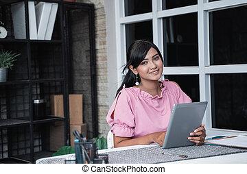 tablette, bureau, séance, femme affaires, jeune, elle