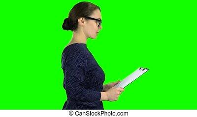 tablette, business, screen., papier, vert, rue., dame, côté, vient, vue