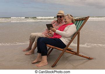 tablette, chaise longue, soleil, délassant, utilisation, quoique, couple, personne agee, numérique