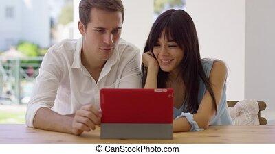 tablette, couple, ensemble, informatique, utilisation, sourire