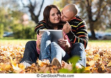 tablette, couple, parc, jeune, informatique, heureux