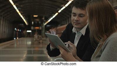 tablette, couple, pc, attente, train, tube