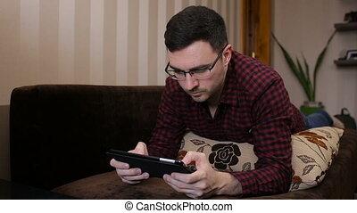 tablette, délassant, regarder, sofa, jeux, adulte, numérique, utilisation, jouer, homme