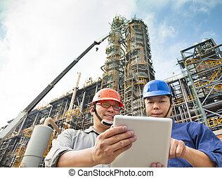 tablette, discussion, deux, usine, pc, ouvriers