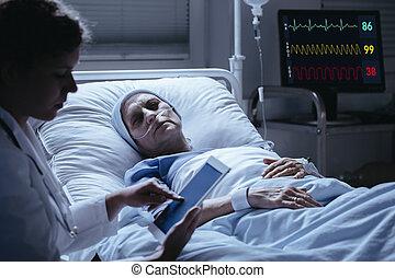 tablette, docteur, vérification, résultats, malade, malade, personne agee