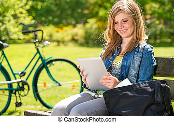 tablette, ensoleillé, jeune fille, lecture, jour