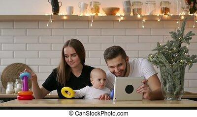 tablette, famille, séance, père, pc, mère, bébé, maison