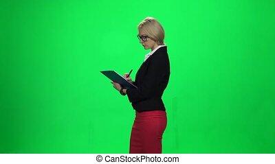 tablette, femme affaires, écran, écriture, quoique, vert, quelque chose, standing.