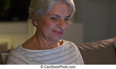 tablette, femme heureuse, nuit, personne agee, pc, maison