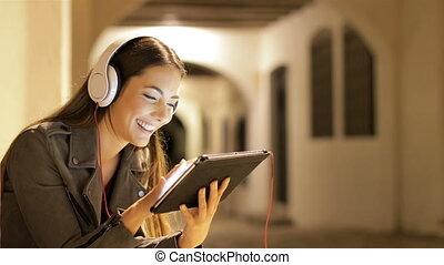 tablette, femme, porter, écouteurs, brouter, contenu